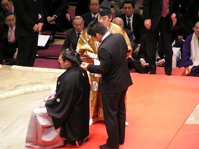 井上康生 この間、約300名がハサミを入れる。司会者が、あいうえお順に... 栃東引退断髪披露大