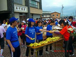 バナナを配るボランティアの方々
